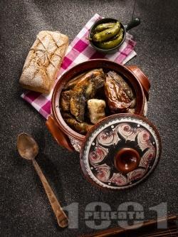Разложка капама със сарми от кисело зеле, пълнени чушки, свинско месо и наденица в гювеч или глинено гърне - снимка на рецептата